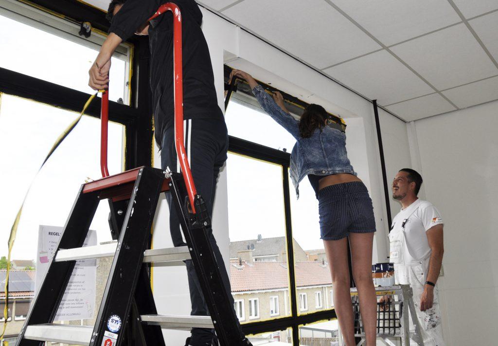 Leerlingen van VSO de Korenaer in Helmond schilderen hun eigen klaslokaal onder begeleiding van Dusol Vastgoedonderhoud