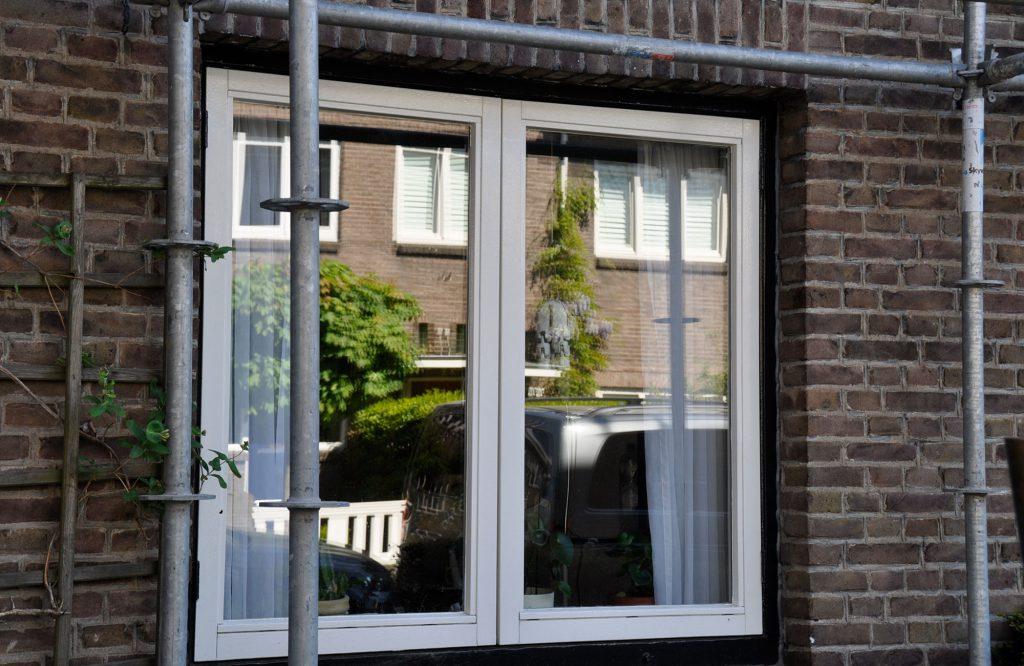 Vanwege doorzakking moeten de stolp-ramen worden voorzien van een extra scharnier - Onderhoud monumentaal pand Eindhoven © Dusol Vastgoedonderhoud